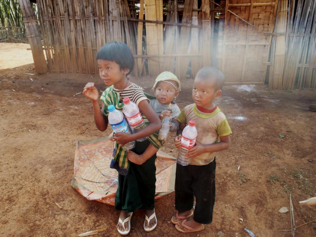 jeunes enfants avec des bouteilles d'eau